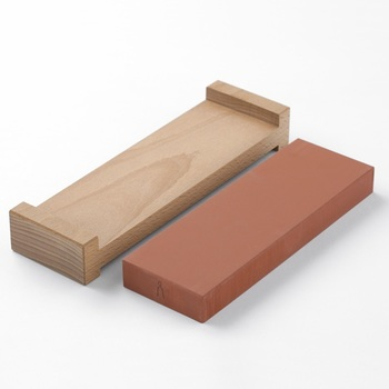 日頃のメンテナンスには、砥石が必需品。砥石台がセットになったものだと、安定感が増して使いやすくなります。また、プロに研ぎ直しを依頼することも可能。せっかくの本格的な包丁なので、常に切れ味良く使い続けたいですね。