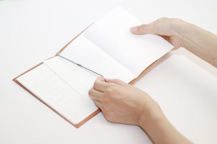 メモになりそうな裏紙があれば、どんどんゴムに通してノートにして行くことができる手軽で便利なノートです。ネット上でスケジュール帳のPDFデータなどもあるので、普通の手帳のようにリフィルを作ることもできます。
