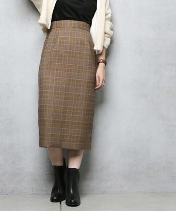 タイトなデザインのチェックスカートは、女性らしいレディライクなコーディネートに仕上がります。ひざ下のミモレ丈は、どこかレトロな雰囲気が◎