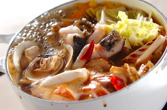 お家でも簡単にできるトムヤムクン風の鍋レシピ。魚介も具材も揃っていて、いつものよせ鍋にちょっと飽きちゃったときにオススメの酸味が効いたレシピです。