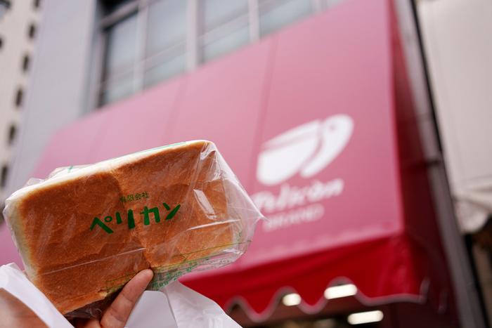 赤いテントが澄み切った青空と浅草の下町によくなじんでいる「ペリカン」は、昭和17年創業の老舗のパン屋さん!