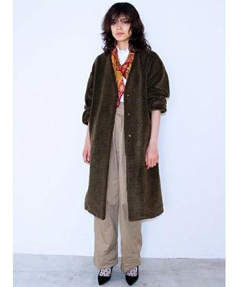 例えば古着屋さんで見つけたオーバーサイズ若しくはメンズのコートやパンツのマニッシュスタイルにも、華やかなスカーフを首に巻くことで、スタイリッシュさやフェミニンさをプラスすることが出来ます。
