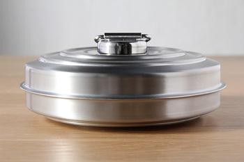 真上から見ると、円盤のような丸いかたち。真横から見ると、薄めの円柱形。無駄のない機能的な美しさがかっこいい湯たんぽです。