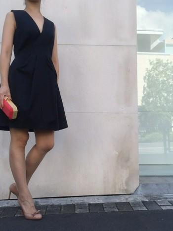 リトルブラックドレスはフランスのハイブランド、『シャネル』が昔は喪服と捉えられていた黒をファッションに用いたことが始まりと言われています。結婚式、同窓会、年末年始のパーティーなど、お呼ばれの機会にもぴったり!1枚持っていると何かと心強いアイテム。さっそくどんなものがあるか一緒に見ていきましょう♪