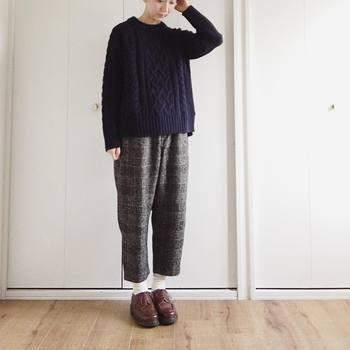メンズライクなローファーも、グレンチェックのパンツによく似合います。ほっこりとしたニットが秋冬らしくてかわいい。