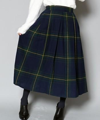 無地の服でまとめると、シンプルだけどちょっと物足りない…そんなとき、1枚あると大活躍してくれるのが、柄もののお洋服。この冬はとくに、チェックスカートがじわじわと流行しつつあるのをご存知ですか?