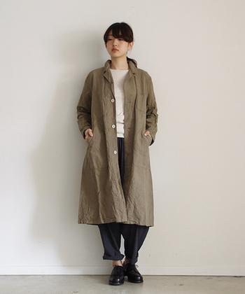 リネン×コットンの春秋に着られるコート。パンツスタイルのようなマニッシュな装いにも、ワンピースとレイヤードした着こなしにも対応してくれます。そんな万能さを兼ね備えたトレンチコートもベーシックアイテムです。