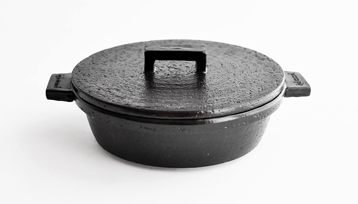 """まさに""""ビジュアル系""""という名にふさわしい土鍋が、伊賀焼窯元 長谷園のビストロ土鍋です。伊賀の粘土で作られており、色も白、黒、少し黒みがかった赤と好みで選べるのも嬉しいですね。窯元の粋な計らいです。"""