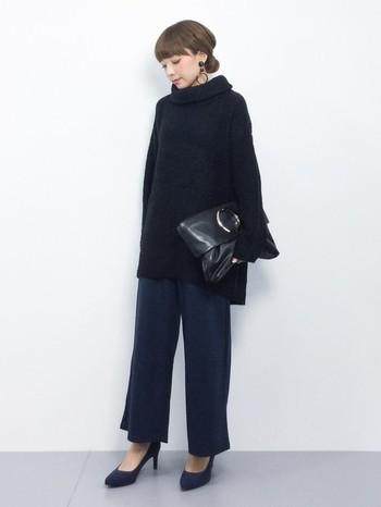 ビッグシルエットなコーディネートも、ヒールと上質なバッグを合わせれば、ドレスアップしたレディなパンツスタイルに。
