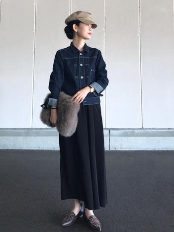 ネイビー×ブラックの大人カジュアルなスカートスタイルに、様々な小物でアクセントを加えて。ふわふわしたファーバッグが優しいニュアンスを作っています。