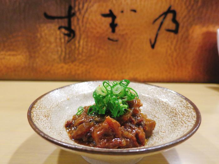 おでん以外のお料理も評判のすぎ乃。こちらは、こっくりとした味噌がおいしい「どて煮」。趣のある器もステキですね。お酒にぴったりな味がたまりません。日本酒や果実酒、ワインなどのドリンクメニューも豊富なのは女性にもうれしいですね。