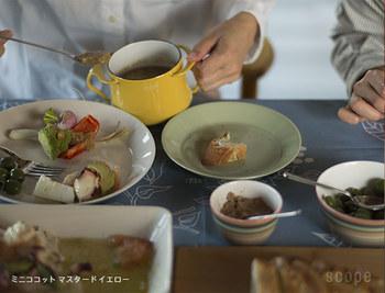 小さいサイズのミニココットなら、鍋でソースを作ってそのままテーブルに。ミルクを温めたり、少量にも対応してくれます。チーズフォンデュやオイルフォンデュでも活躍してくれそう。鮮やかなイエローが、食卓に華やかさを出してくれています。