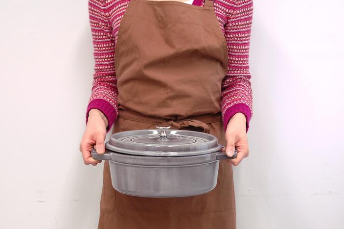 形も色々ありますが、中でも楕円形のオバールは魚をまるごと蒸したり、白菜や人参など、素材の形をいかしながら調理することができる優れもの。