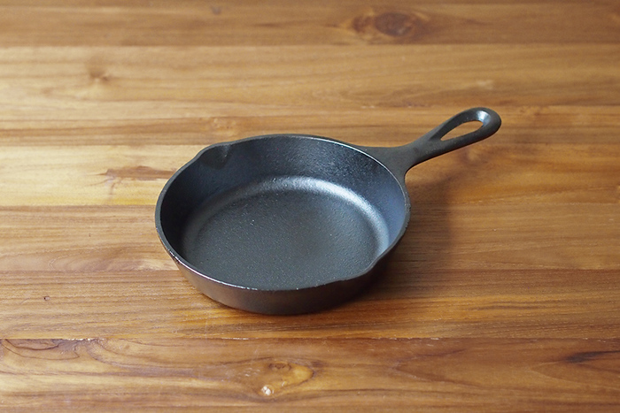 直火、オーブン、アウトドアでも大活躍のロッジのスキレット。鋳鉄で出来た製品は、直火にかけてナラシをしなければいけませんが、ロッジのスキレットはナラシ作業はいらず、手元に届いたらそのまますぐ使えるのも嬉しい一品。