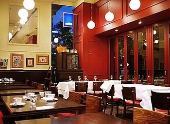 フランスのビストロを思わせるかのような店内。ブーランジェリーとブラッスリーにわかれていて、カフェタイムではブーランジェリーのコーナーで購入したパンを店内で食べることもできますよ♪
