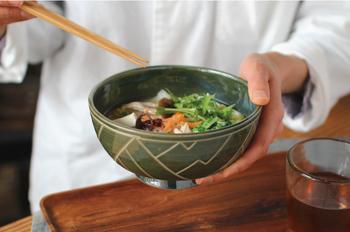 沖縄のやちむん(焼きもの)で知られる那覇市壺屋で、壺屋焼の伝統的な技法を守った作品づくりを続ける「育陶圓」。その若い職人が中心となって立ち上げたブランド「Kamany(カマニ―)」。バナナの葉をモチーフにした沖縄らしいおおらかなデザインの丼は、汁物にもぴったり。
