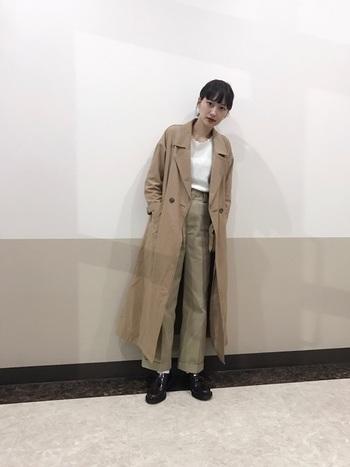 大人っぽく決めたい日はロング丈のコートを合わせて。トレンチコートやステンカラーコートがおすすめです。 インナーに合わせた白のニットがアクセントに。襟が波型にデザインされたニットがさりげなく女性らしさを演出。