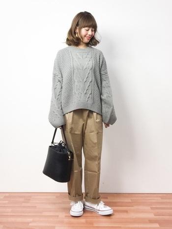 トップスをインしないとこんなやわらかいシルエット。 長めの袖のセーターは、抜け感が出て女性らしい雰囲気がアップ。ブラックのバッグで全体を引き締めているのがポイントです。