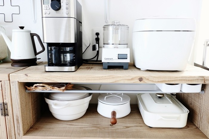 キッチンの棚の中がギュウギュウ詰めになっていると、鍋や食器を使う時に取り出しにくいですよね?必要な時にサッと取り出せて、戻す時もスムーズ。そんな快適で使い勝手の良い収納を叶えるために、ぜひこちらのブロガーさんの収納術をお手本にしてみませんか?たとえば鍋を収納しているこちらの棚は、物と物の間に「すき間」を空けて、取り出す時に隣り合うものが動かないよう工夫されています。どの鍋を取り出しても他の物が一切動かないので、鍋のスペースがそのまま確保され、しまう時もサッと元に戻すことができます。