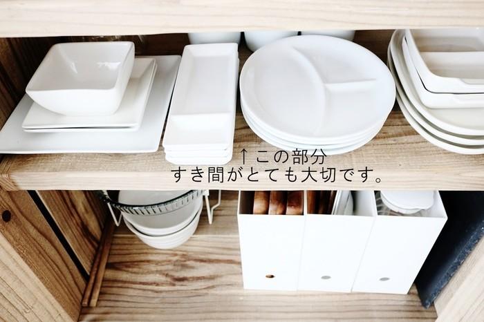 食器と食器の間にも、僅かな「すき間」を空けて綺麗に収納されています。それぞれ間隔を空けて収納しておくと、取り出す時も戻す時も食器が乱れず、いつも綺麗な状態を保つことができますね♪また、食器棚についあれもこれもと置きたくなりますが、「食器を詰め込み過ぎない」というのも大事なポイントです。