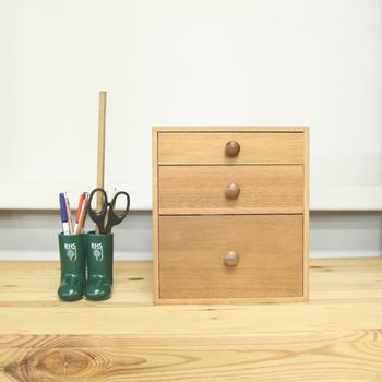 木の家具は、なるべく水拭きせず、乾拭きでお掃除をするのがおすすめです。また、直射日光に当たらないような置き場所にすることも、長くきれいに使い続けるコツ。