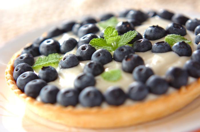 市販のタルト生地を使えば、本格的なタルトもあっという間にできちゃいます。こちらはブルーベリーを使っていますが、そのとき旬のフルーツを使うのもおすすめ。レアチーズケーキはゼラチンで固めているので、前日に作っておくと慌てません。