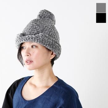 """■chisaki """"KICHI""""  こちらもchisakiのニット帽子。ベルベットのような光沢のある素材が新鮮なこちらのニット帽は、トップにポンポンが付いているようなユニークなデザインです。"""