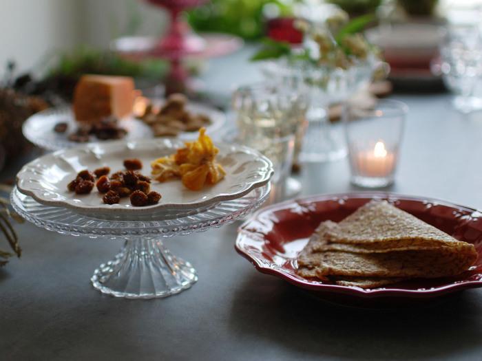 テーブルに高低差を作りたいときは、ガラスのケーキスタンドがおすすめ。直接ケーキを乗せても良いですし、一回り小さなプレートを重ねても◎