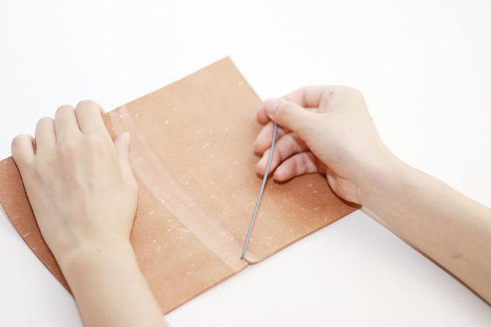 切れ込みを入れた台紙にゴムの紐を付けたとてもシンプルなデザインだから、紙を切ったり穴を開けたりする手間も要りません。