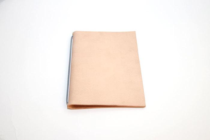 台紙になっている皮はヌメ革を使用。使い込むほどに艶が出て、手に馴染んでいく過程を楽しむことができます。