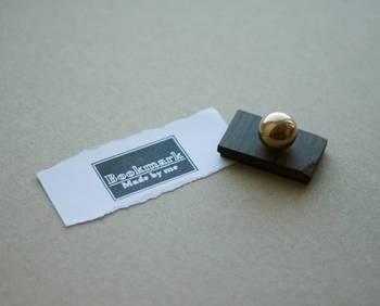 イリモノデザイン製作所では裏紙ノートの他に、押すだけでブックマークが作れるスタンプもデザインしています。ちょっとした折に挟んだ紙切れも、スタンプ一つでおしゃれに使えるアイデア。アップサイクルをオシャレに取り入れられるのがポイントです。