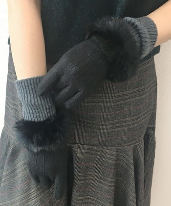■ThreeFourTime(スリーフォータイム) フェミニティンググローブ  手首まわりのファーがフェミニンなグローブは、手首から深くまですっぽり。リブタイプのほどよいフィット感で、おしゃれなファッションを邪魔せず、風が吹き込んでくるのも防いでくれます。