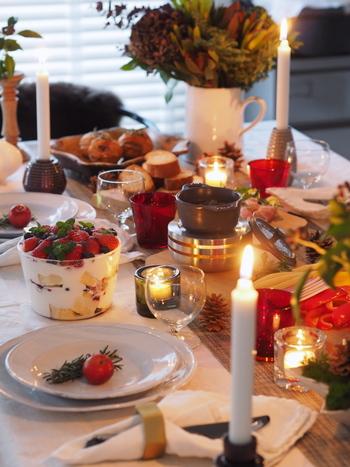 カラフルな料理やケーキにスイーツ、盛々になってしまいがちなパーティーテーブルには、ガラスアイテムを取り入れることで、ほどよいぬけ感が生まれます。