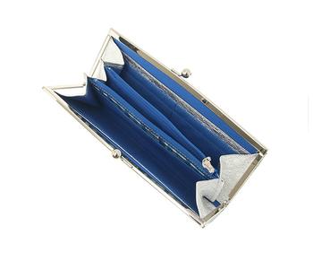 開くとブルー&シルバーレザーがキラリ。
