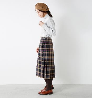 品のある長め丈のプリーツスカートにはベレー帽が良く似合います♪足元はローファーでまとめて。
