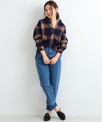 シックなネイビーのシャツは、抜き襟のデザインでほのかに女性らしい。ハイウエストデニムに前だけインして今っぽい着こなしです。