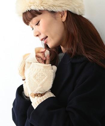 ■CAROLINA GLASER アラン編み ニットミトン  ヨーロッパ伝統のアラン編みがかわいいニットミトンは、裏地がボアでできているのがポイント。指先のミトンはナチュラルなトグルで留められるおしゃれなアイテムです。