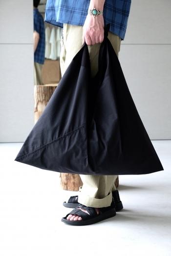 大きいサイズはショッピングにも便利なサイズ、小さめサイズなら普段使いにピッタリ。小さく折りたたんで持ち運べるので、エコバッグとしてもおすすめですよ!