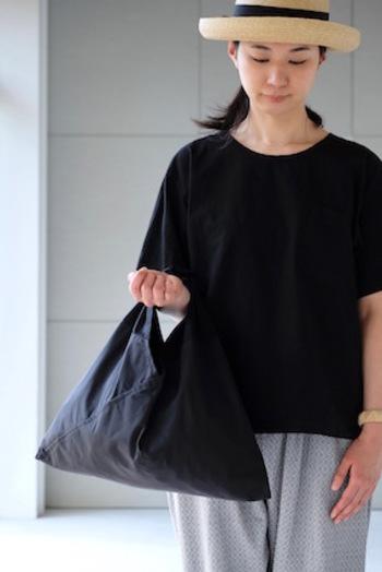 あずま袋とは、風呂敷を縫い合わせて作った袋のこと。昔から使われているとても簡単な作りの袋ですが、実はとっても機能的。三角の形もかわいいですね。これを現代的にデザインしたものが「AZUMA BAG(アズマバック)」です。