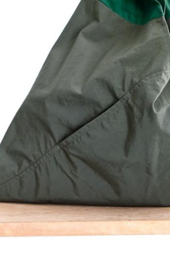 縫製もとっても丈夫。大きなサイズの袋にはポケットもついていますよ。熟練の職人さんによる手作りで、国内で製造されています。