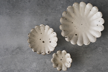粉引の風合い豊かな石川裕信さんの輪花小皿。お花がパッと花開いたような形と、味わい深い土の質感が素敵です。