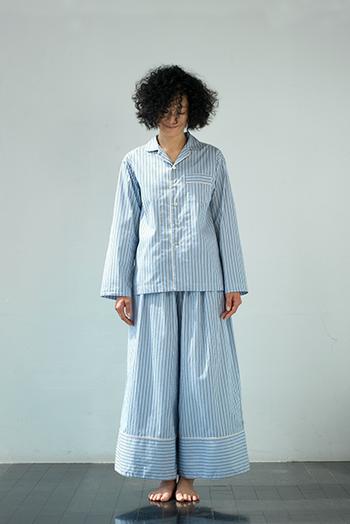 THOMAS MASONのシャツ生地を使用したパジャマです。ボトムスは裾が広がるタイプなので、よりリラックス感の大きいデザインになっています。