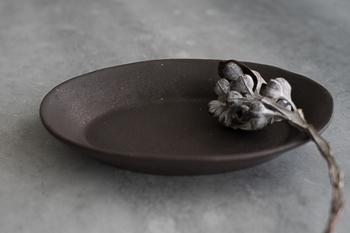 こちらは鉄のような渋い風合いの器。アンティークのような雰囲気は、テーブルの上で凛とした存在感を示してくれます。和食器ながら洋食器とも似合いそう。