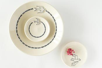 こちらはお皿の中を自由に飛び回るツバメのシリーズ。アップリケのようにポンと浮き出たツバメの存在感が可愛らしい器です。