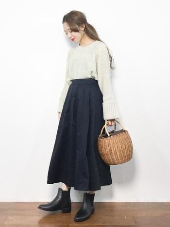 丸みのあるかごバッグは、アウトフィットが乙女チックに傾く魔法のアイテム。ゴアつきのショートブーツが放つ辛さにだって負けません。