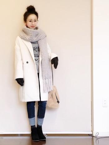 ブラックのショートブーツを持ってきても、重心が下に偏らず、良好なバランスをしっかりキープ。幅広めに折り返されて顔を出した、白みのあるデニムブルーが、着こなしに軽さを与えているからです。