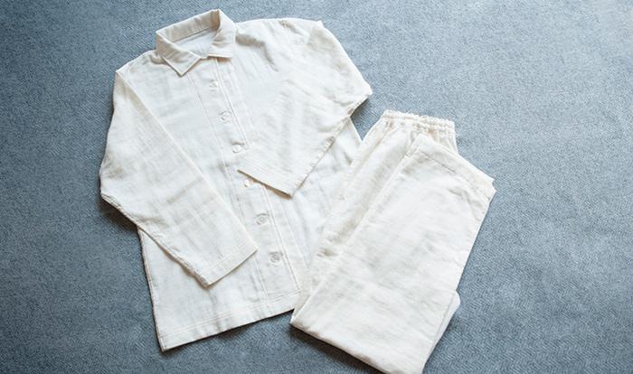 オーガニックコットン100%のダブルガーゼパジャマ。ふんわりと柔らかい素材が魅力です。オフホワイトはオーガニックコットンそのままの色です。