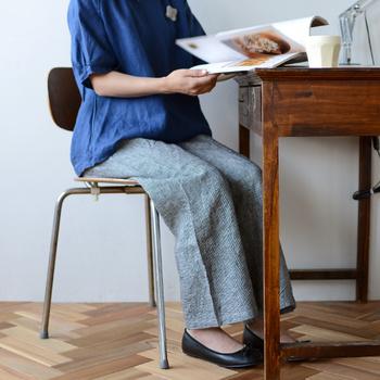 リネン100%のパンツは、ルームウェアとしてはもちろん、お出かけにも着られるデザインです。