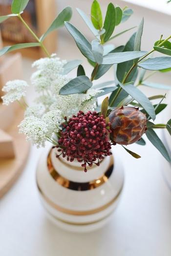 いつも飾っておきたいお花は、大好きなフラワーベースに。季節の移ろいと自然な香りが楽しめます。
