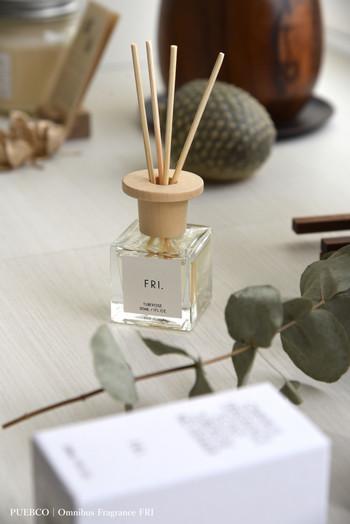 おうちに帰ってドアを開けた時にいい香りがすると、それだけでなんだか嬉しくなるもの。  曜日をテーマにしたディフューザーPUEBCO(プエブコ)の「Fri.」を玄関に置けば、甘い月下香(げっかこう)の香りが優しくお出迎え。